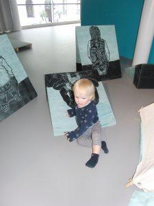 Klein meisje onderzoekt mijn installatie