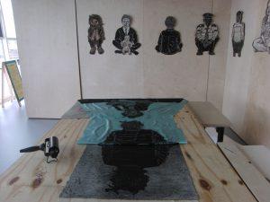 afdrukken, printing a linocut